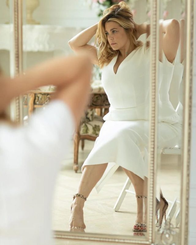 «Трещит по швам»: Пегова в облегающем белом платье привлекла к себе повышенное внимание