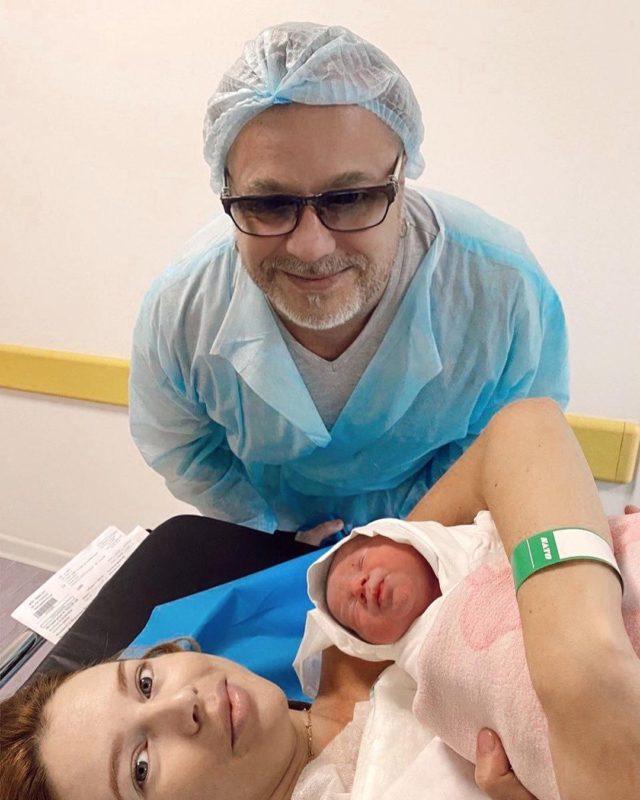 Трогательный момент: 52-летний Владимир Пресняков всплакнул, держа  новорожденного сына в руках