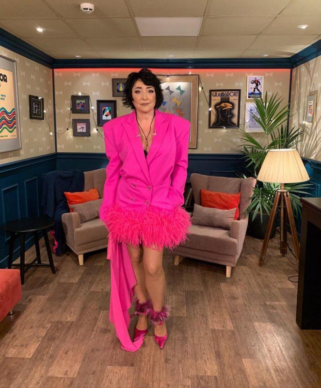 «Барби пенсионного возраста» 57-летняя Лолита позирует в розовом мини-платье с перьями