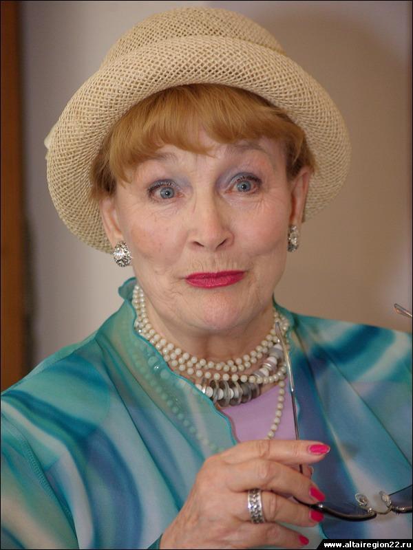 Ей 90, а выглядит на 50. В Сети активно комментируют новые фото нестареющей Людмилы Хитяевой