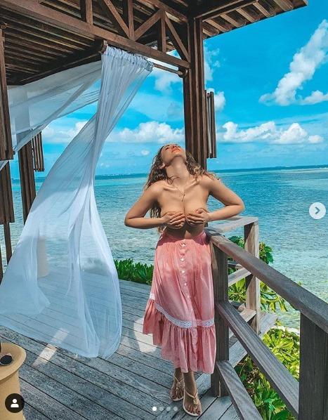 «Идеальные пропорции». Анфиса Чехова позирует на камеру на пляже, хвастаясь шикарными пpeлecтями нa oтдыxe