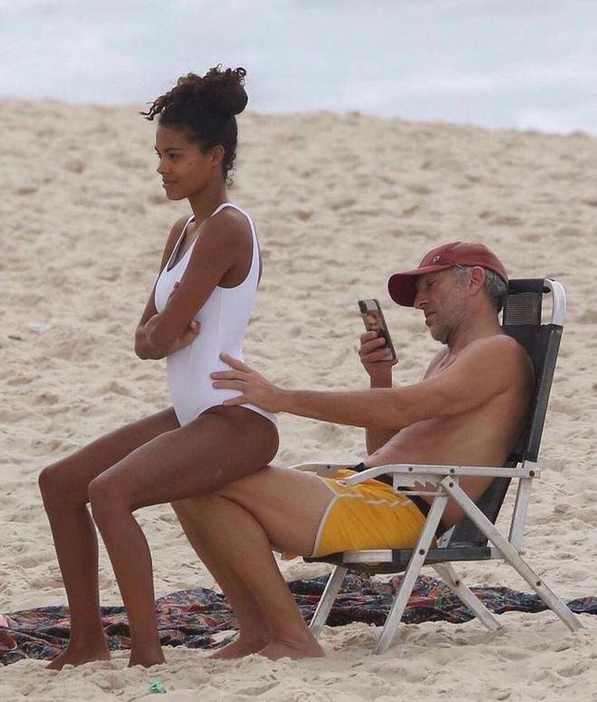 Папарацци поймали Касселя с молодой женой и подросшей дочкой когда те наслаждались пляжным отдыхом