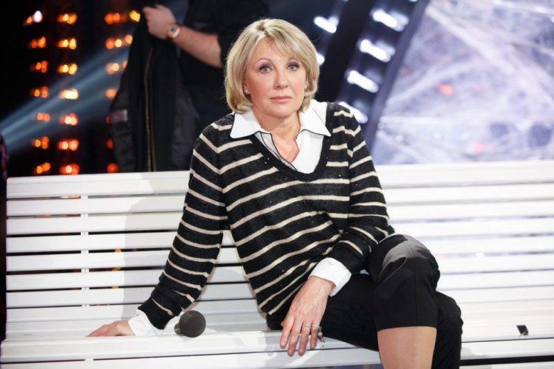 «Ни в какие ворота не лезет»: в Сети обсуждают новое фото Елены Яковлевой в слишком молодежном стиле