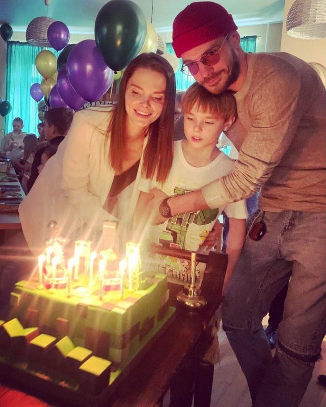 Папа на стиле, мама в домашнем. Боярская показала фото с мужем и сыном