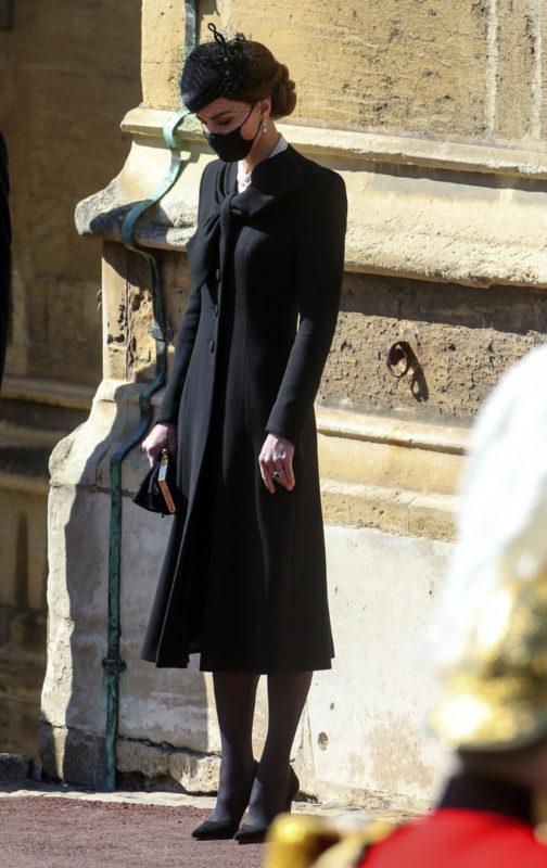 Сдерживалась, чтобы не заплакать. В Сети опубликованы эксклюзивные фото прощания с принцем Филиппом