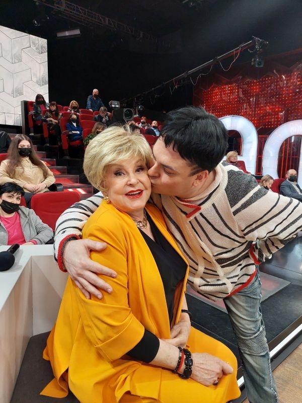 Опять за «старое». Популярный певец Юлиан жениться на 78-летней пассии
