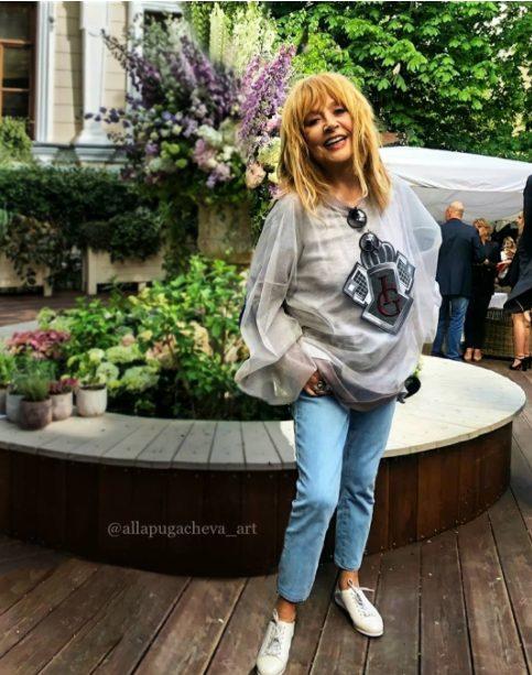 «Старушка пустилась во все тяжкие»: Алла Борисовна в «дырявых» джинсах позирует на камеру, демонстрируя стройные ноги