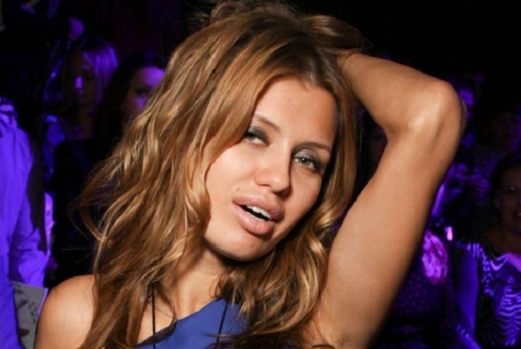 «Сочная дама»: Вику Боню в неоновом бикини и с ярким макияжем сравнили с американским бургером