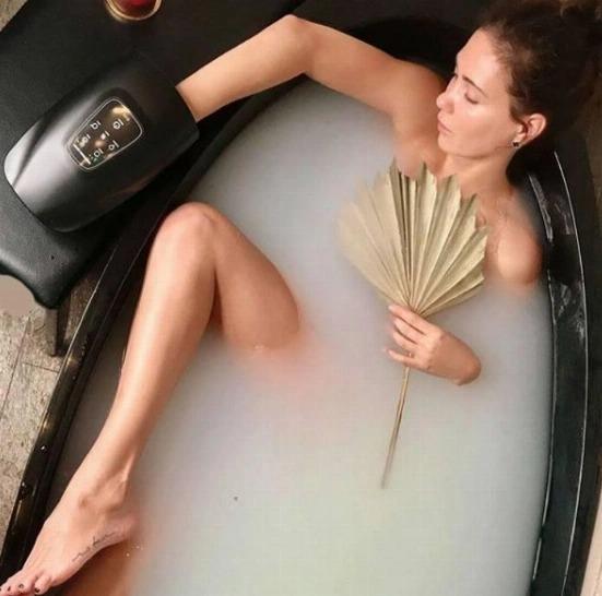 «Клеопатра принимает ванну»: Екатерина Климова в стиле ню  блеснула бедром