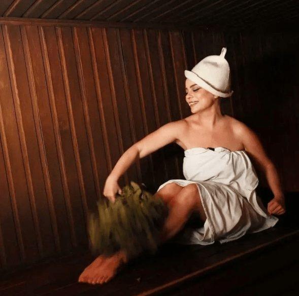 Из одежды — простыня: 47-летняя Королёва позирует в бане