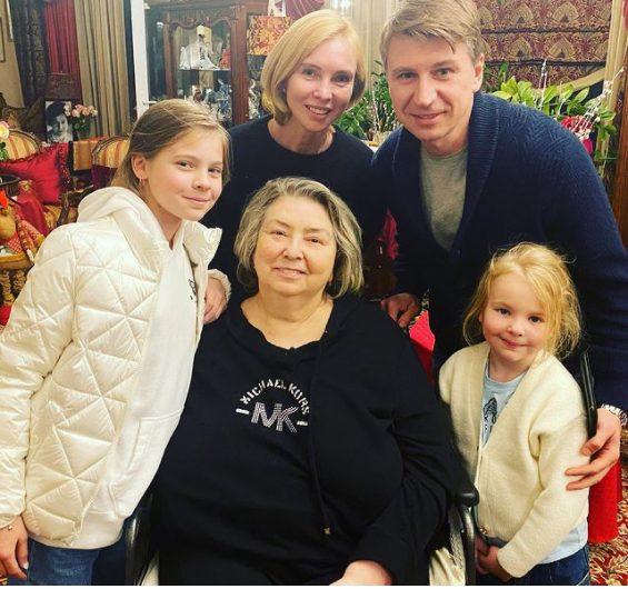 Немощная бабуля: Тарасова без макияжа и прически разочаровала пользователей Сети