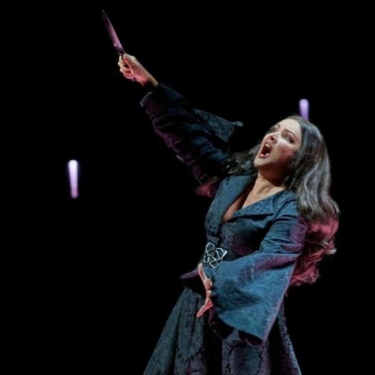 «Ах, что за женщина»: Анна Нетребко в платье с глубоким декольте показала пышные формы