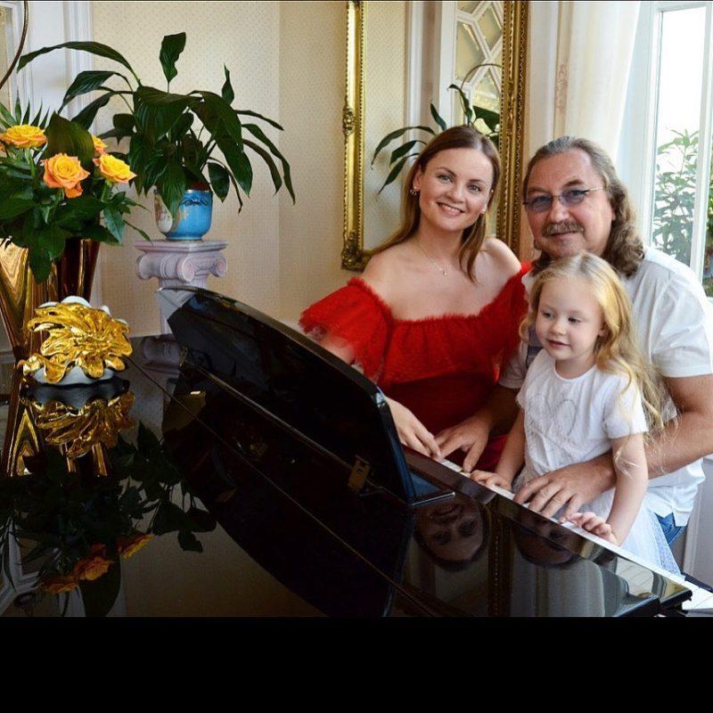 Еле поспевает за молодой супругой: 61-летний Игорь Николаев заметно сдал