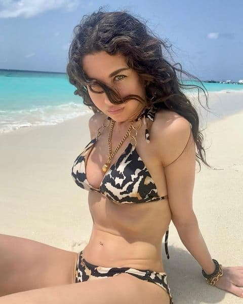 «Стальной пресс и подкаченные бёдра!»: 43-летняя Анна Плетнёва в пляжном наряде показала, что значит быть идеальной