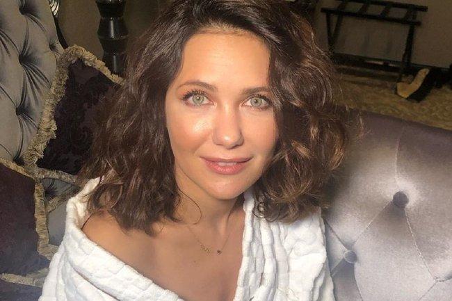 «От неё становится ещё жарче»: Екатерина Климова в мини халатике засветила прелести