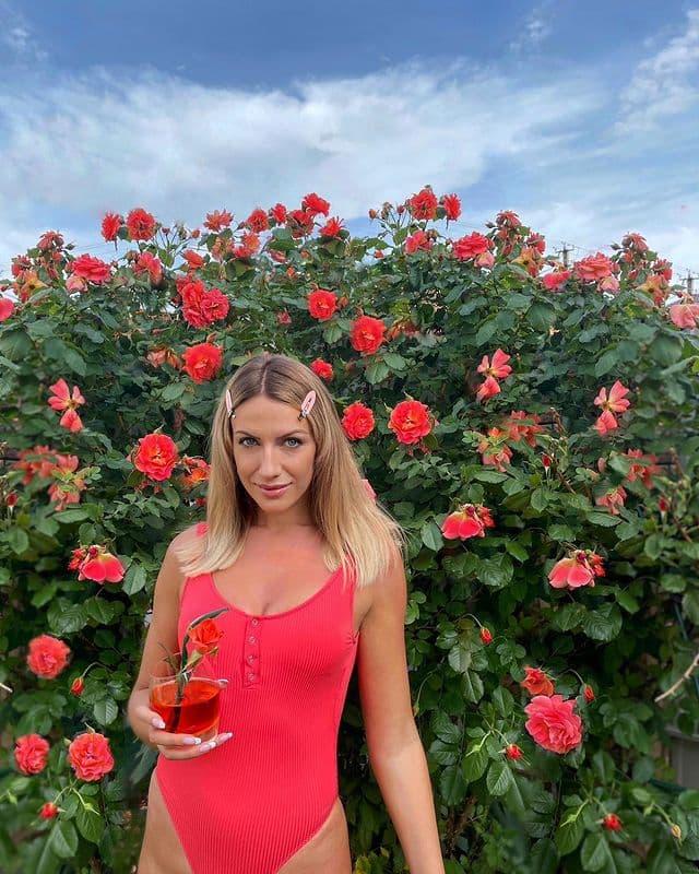 «Затмила даже цветы»: Леся Никитюк в алом пляжном наряде попросила оценить своё фото