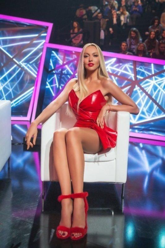 «Мужчины оценят, женщины позавидуют»: Оля Полякова опубликовала смелые фото, хвастаясь безупречными линиями фигуры